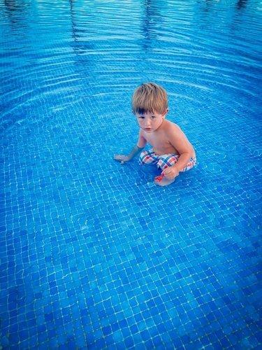 А почему в этом бассейне так мало воды?