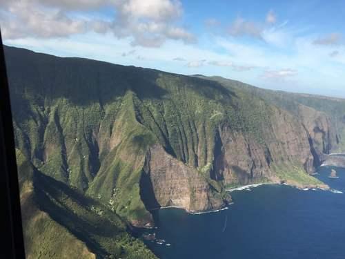 Неприступный берег гавайского острова Мауи.