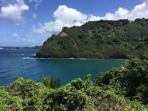 Неприступный берег гавайского острова Мауи
