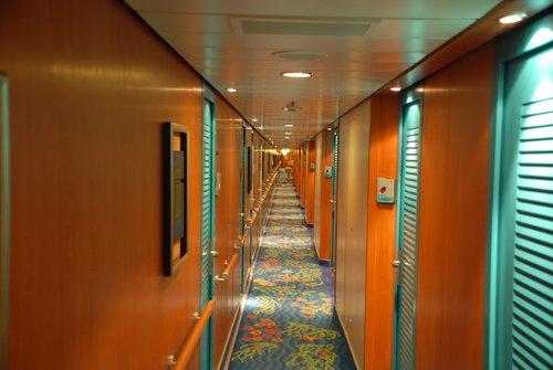 Бесконечный коридор круизного лайнера
