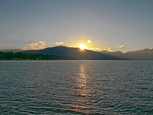 Калифорния. Закат на озере Тахо.