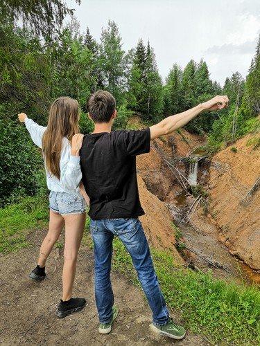 У рукотворного водопада в Пермском крае