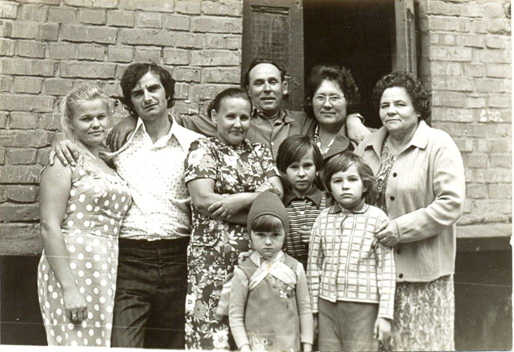 Воспоминание о маме, в её день рождения, 2-го марта...п.Ольшанское, дом 9. С соседями...Около 1990г.