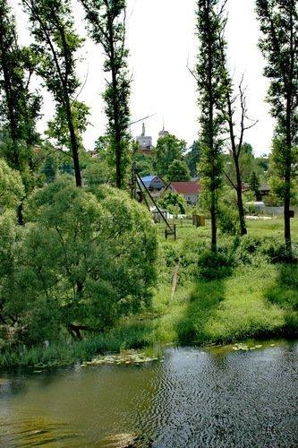 Вертикальный пейзаж с церковью