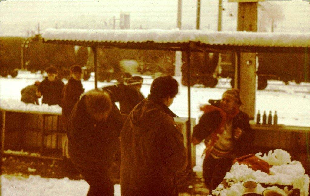 Играем в снежки в Горячем Ключе! Поход на 8 марта. Утром проснулись( ночевали на вокзале) - а снега навалило! В лесу было 1,5 метра снега..jpg