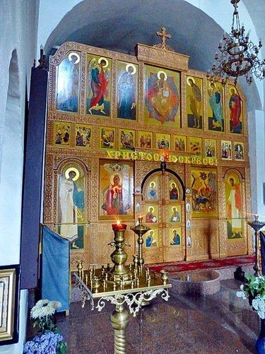 Иконостасцеркви Входа Господня в Иерусалим под колокольней собора Успения Пресвятой Богородицы