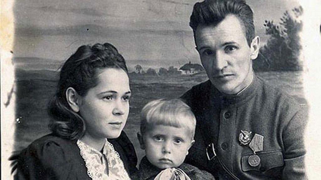 Зиновий Григорьевич Колобанов с женой Александрой Георгиевной и сыном Геннадием.