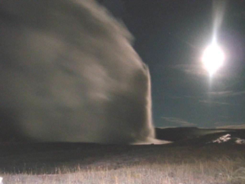 Йеллоустоун. Ночной гейзер и лунный ветер...