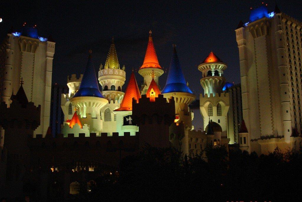 """Ночные огни Лас-Вегаса.  Отель """"Экскалибур""""."""