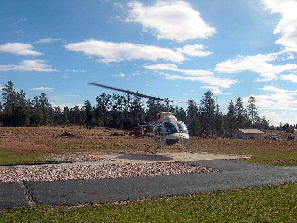 На аэродроме Гранд-каньона.               Посадка вертолёта.