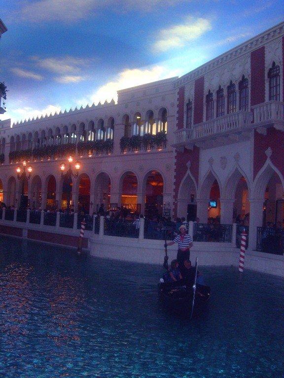 """Лас-Вегас. Ночь. Холл отеля """"Венеция""""."""