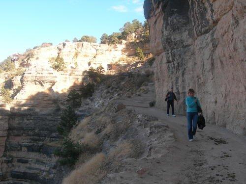 До дна Гранд-каньона более полутора километров, а никаких ограждений...