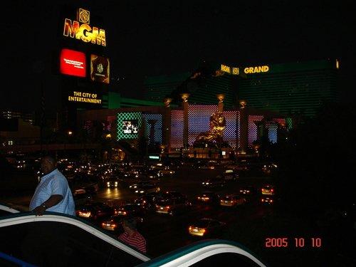 Вечер. Лас-Вегас оживает.