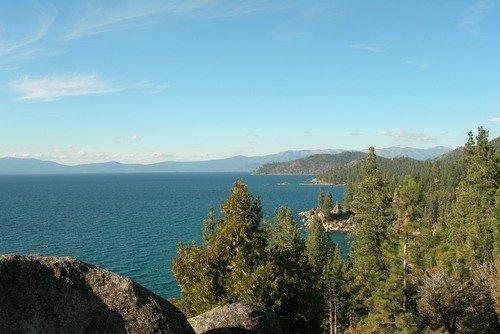 Скалистые берега озера Тахо