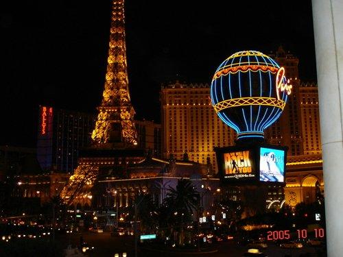 """Queen в Париже (рядом с отелем """"Париж"""" в Лас-Вегасе))."""