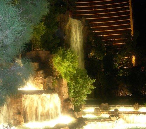 Фонтан-водопад у отеля Фламинго в Лас-Вегасе