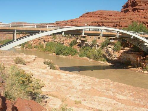 И в пустынях бывают мосты...