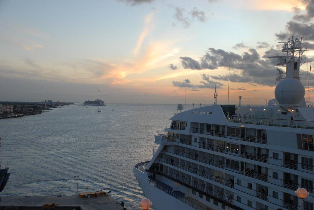 Зимний закат в порту