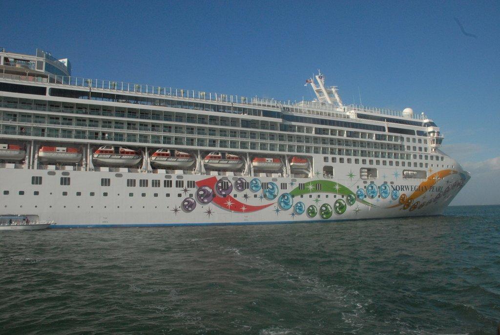 Половина корабля в Карибском море