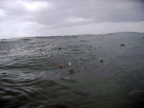 В Карибском море начинается дождь. Первые капли.