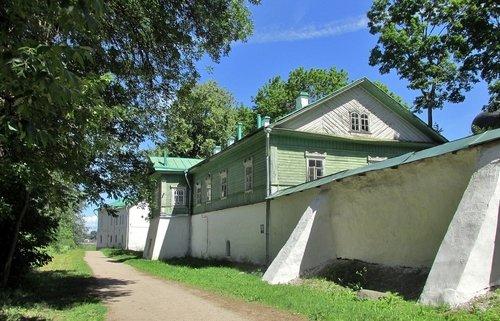 У стен Мирожского монастыря