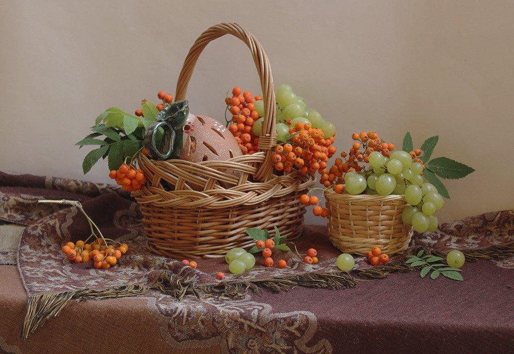 корзина с рябиной и виноградом