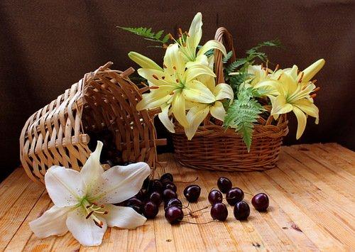 композиция с лилиями и черешней