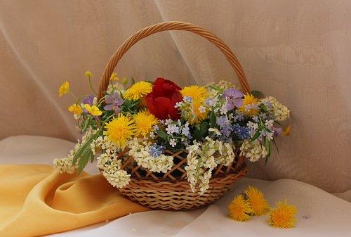 корзиночка с весенними цветами