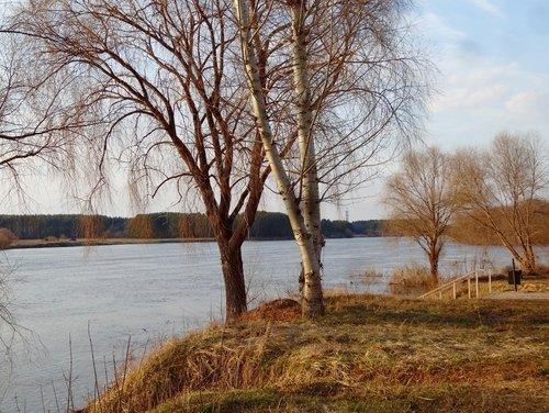 На реке апрель