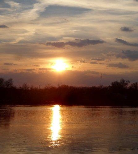 Солнечная дорожка на реке( Закат апреля)