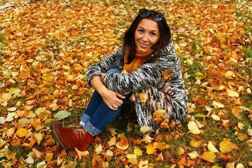 на ковре из желтых листьев.......