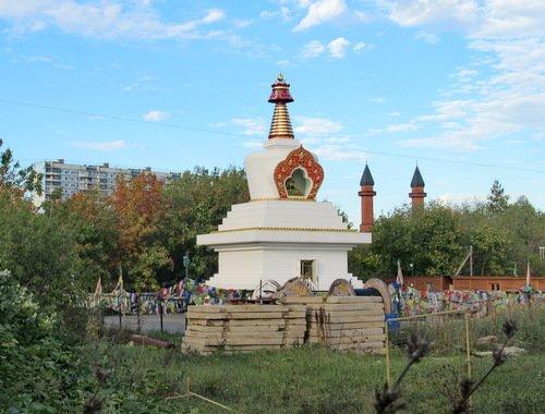Буддийский храм и минареты мечети