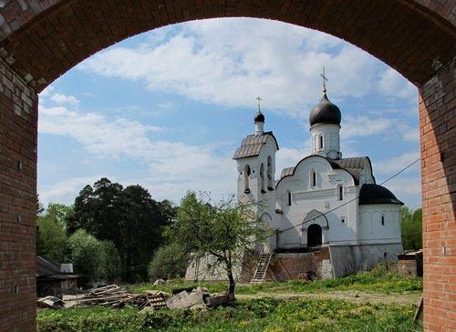 Вид на Воскресенскую церковь в Переделкино