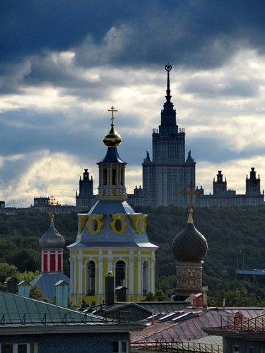 Храмы Андреевского монастыря и храм науки.