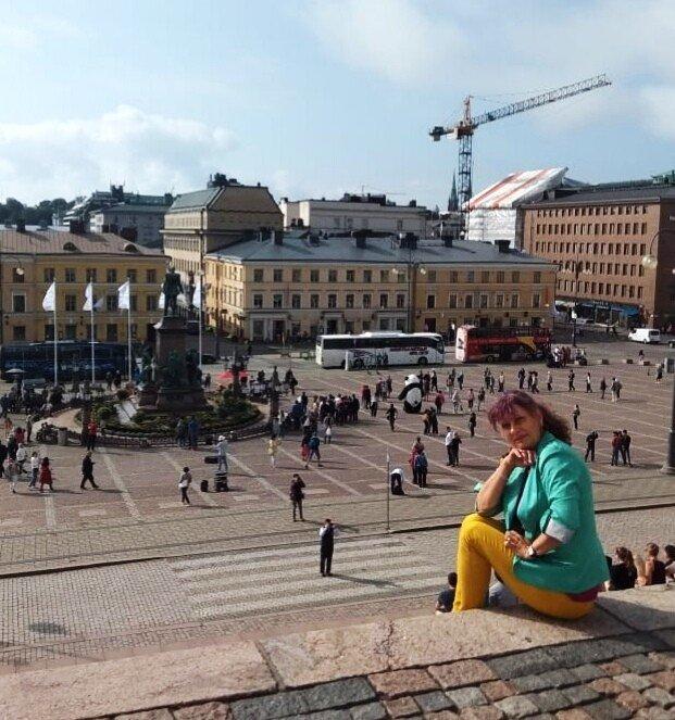 В Хельсинки Сенатская площадь. На ступеньках собора Св. Николая..jpg