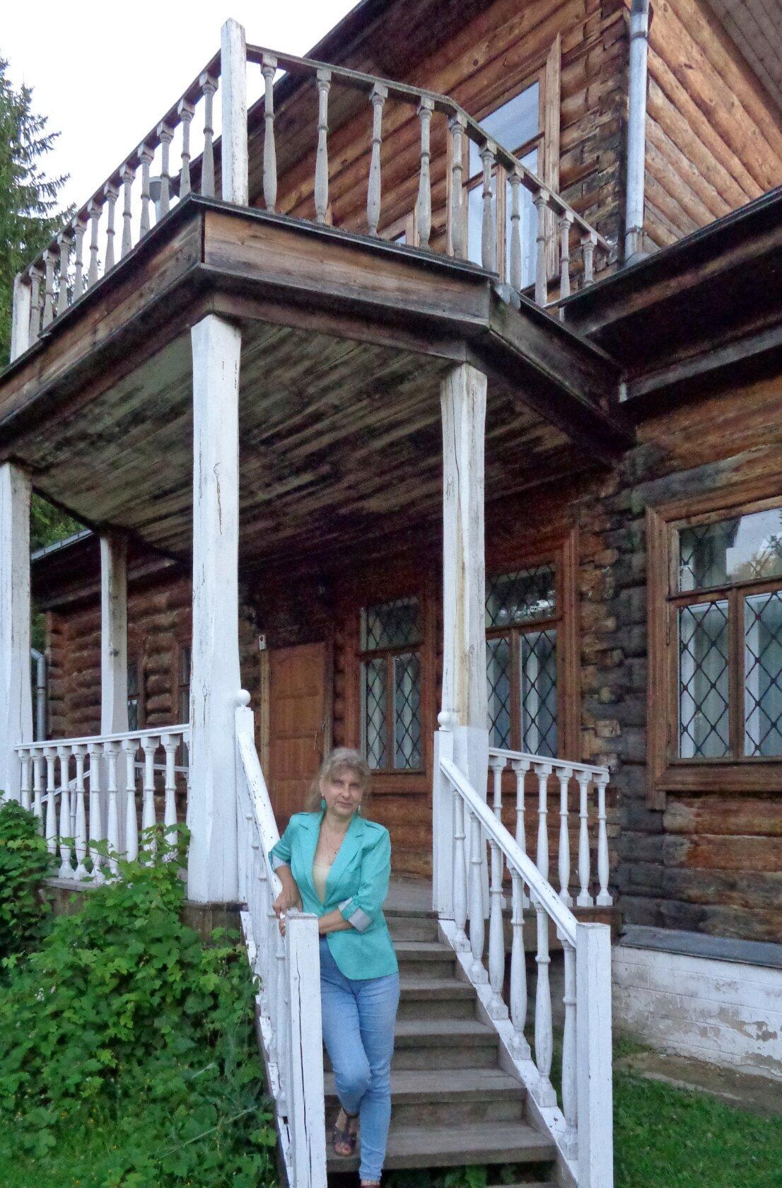 В Тульской области, около границы с Орловской, к югу от Ясной Поляны, расположено родовое имение семьи Толстых Никольское-Вяземское.