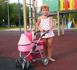 Кукольная коляскаMelobo 9662m и девочка пять лет