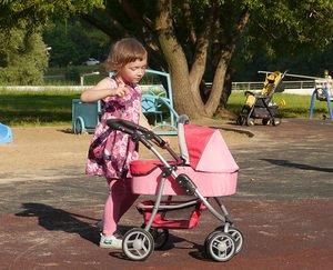 Кукольная коляскаMelobo 9662m и девочка три года, ростом 104см