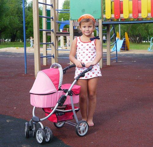 Кукольная коляскаMelobo 9662m и девочка пяти лет