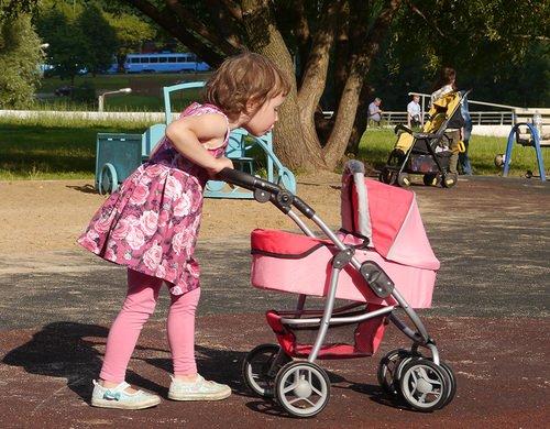 Кукольная коляскаMelobo 9662m и девочка трёх лет, рост 104см