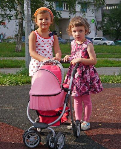 Кукольная коляскаMelobo 9662m и девочки пяти и трёх лет