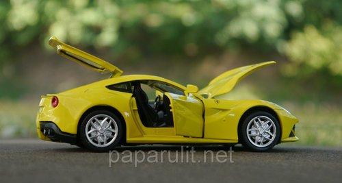 Машинка металлическая DH Ferrari F12 Berlinetta со звуком и светом