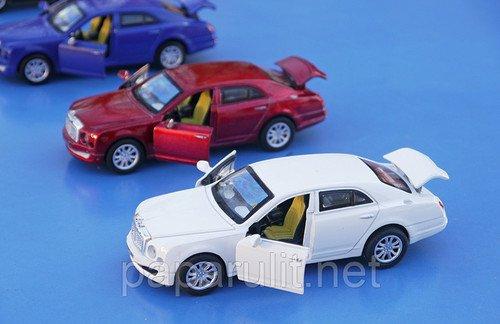 Машинка Бэнтли открываются двери и багажник