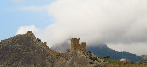 Генуэзская крепость в облаках