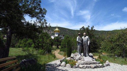 Памятник «Царь и винодел» князю Льву Голицыну и Николаю II