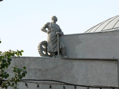 Скульптура рабочего на здании художественного музея