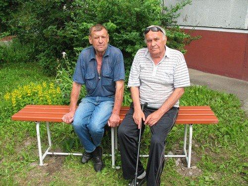 Пенсионеры из соседнего двора