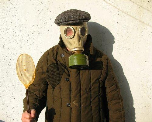 Человек с мухобойкой