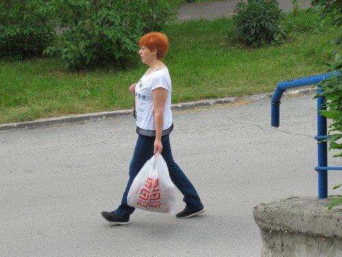 Женщина с хозяйственным пакетом