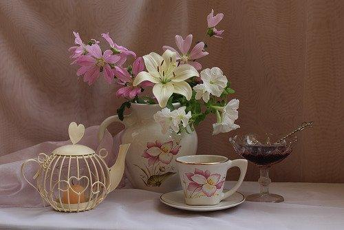 букет цветов и чай с вареньем